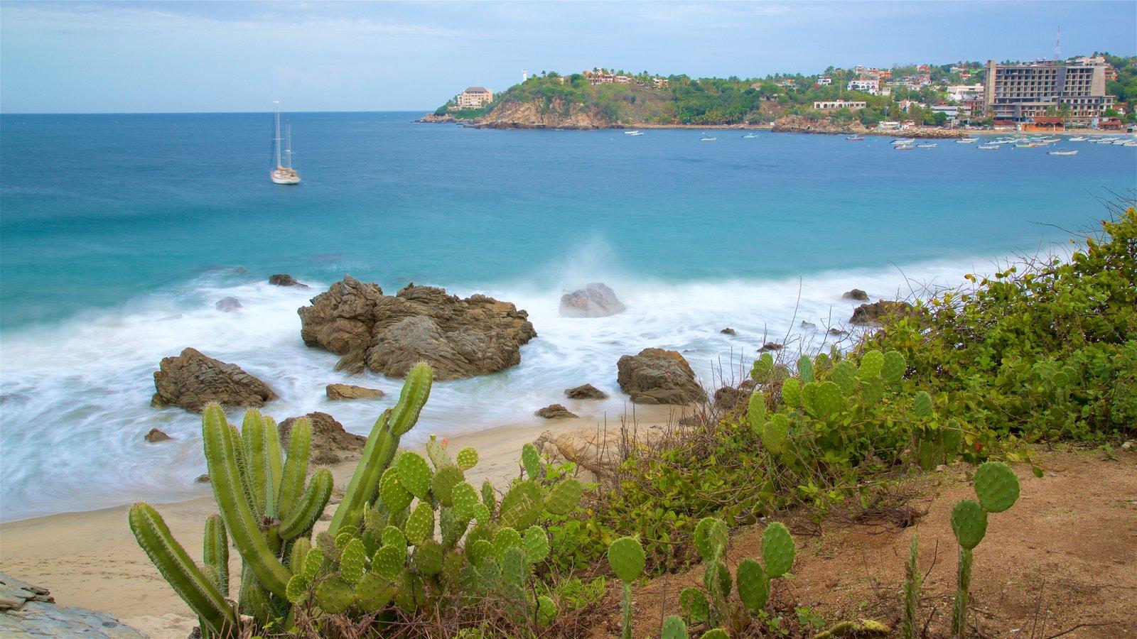 Puerto Escondido mostrando costa escarpada y una playa