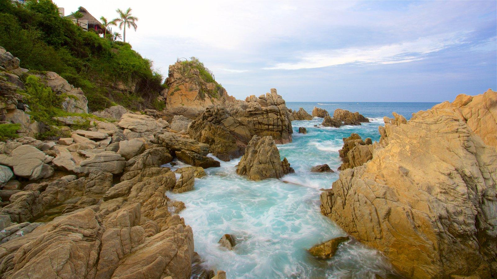 Puerto Escondido ofreciendo costa rocosa