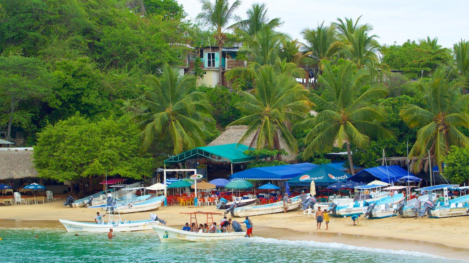 Playa Puerto Angelito ofreciendo vistas generales de la costa y una playa