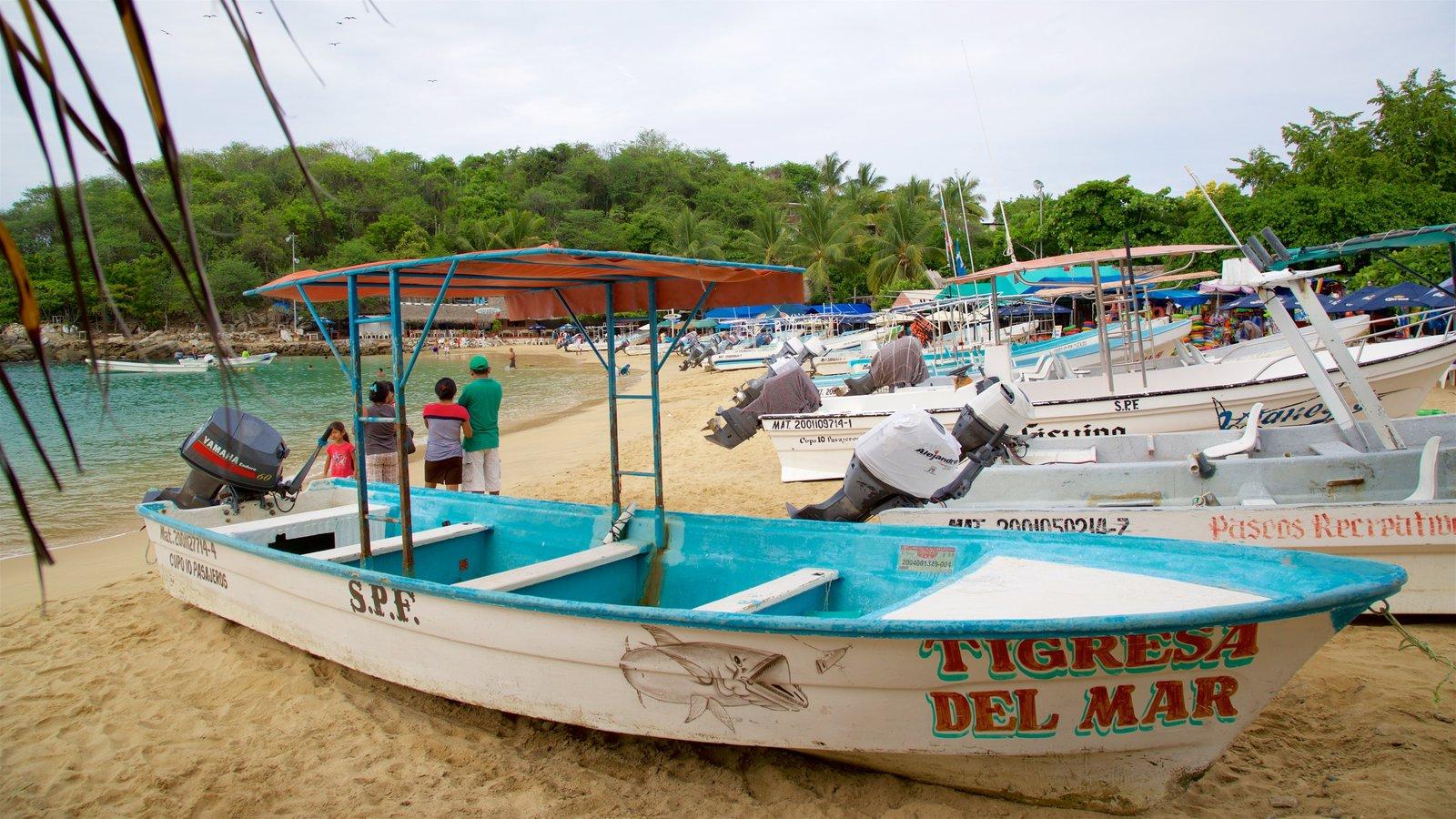 Playa Puerto Angelito ofreciendo una bahía o puerto, una playa y vistas generales de la costa