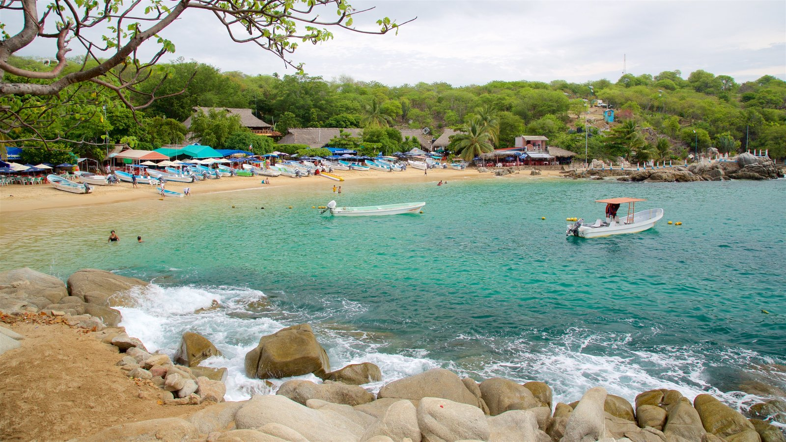 Playa Puerto Angelito mostrando escenas tranquilas, una playa y vistas generales de la costa