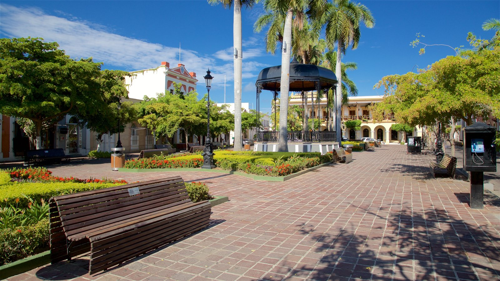 Plaza Machado which includes a square or plaza