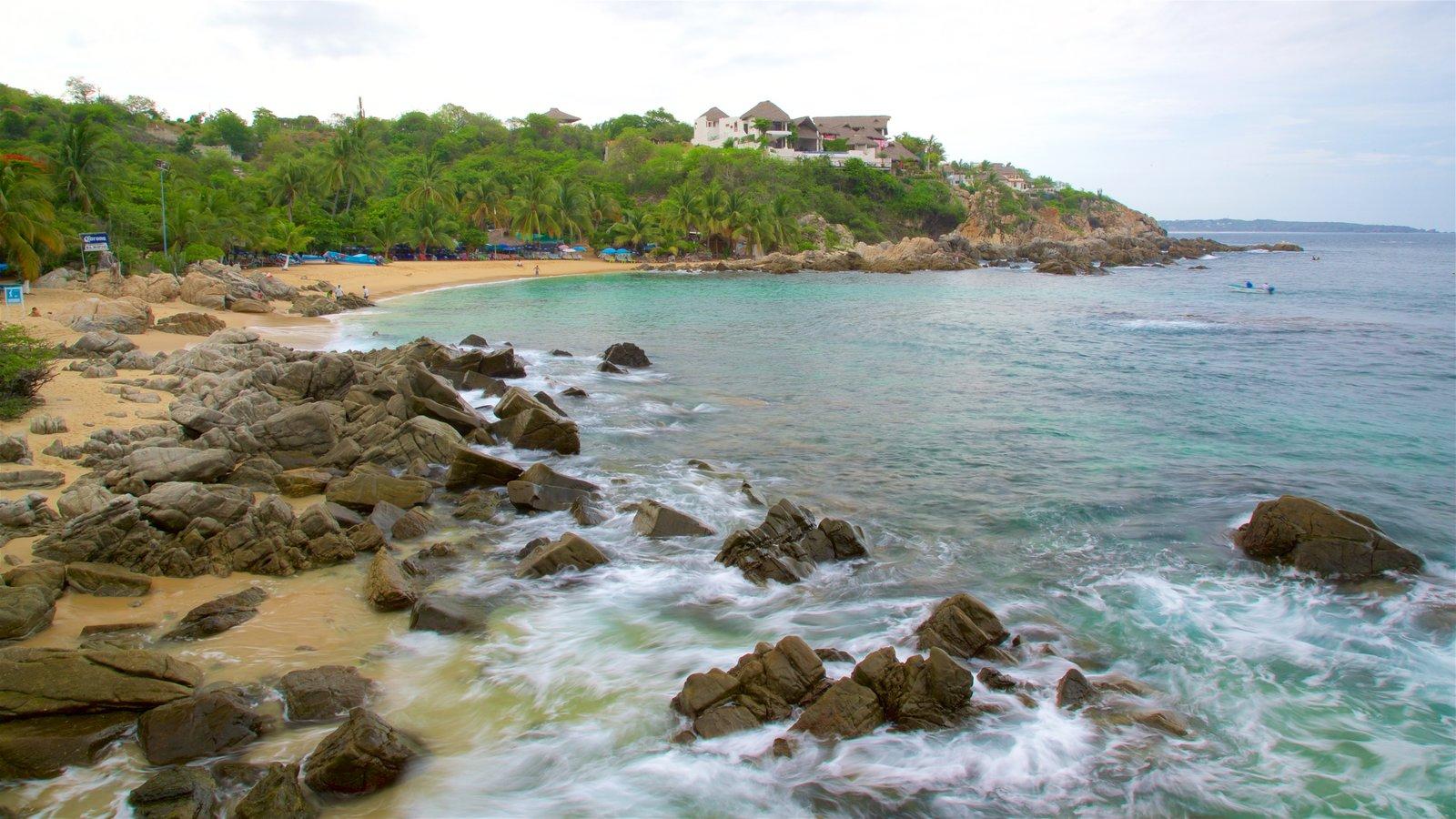 Playa Puerto Angelito mostrando una playa, vistas generales de la costa y costa rocosa
