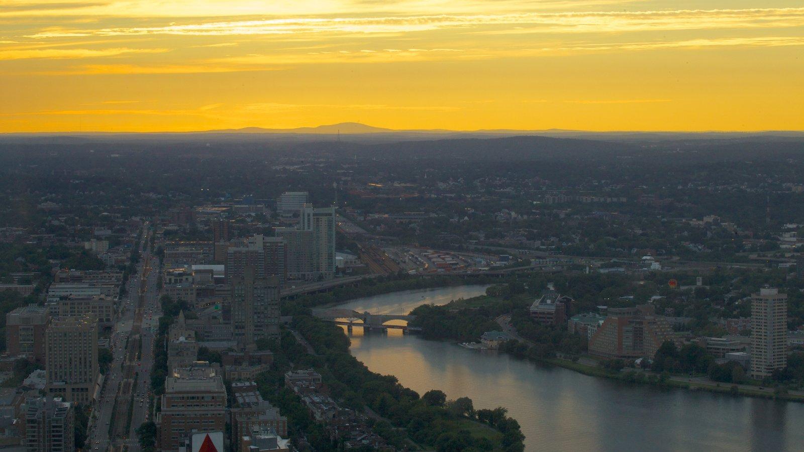 Prudential Tower mostrando um rio ou córrego, uma cidade e um pôr do sol