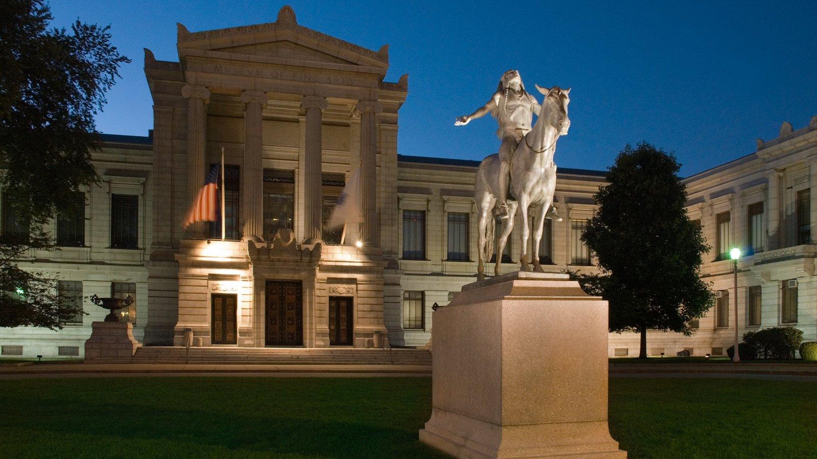 Museo de Bellas Artes de Boston que incluye una estatua o escultura, un parque y escenas nocturnas