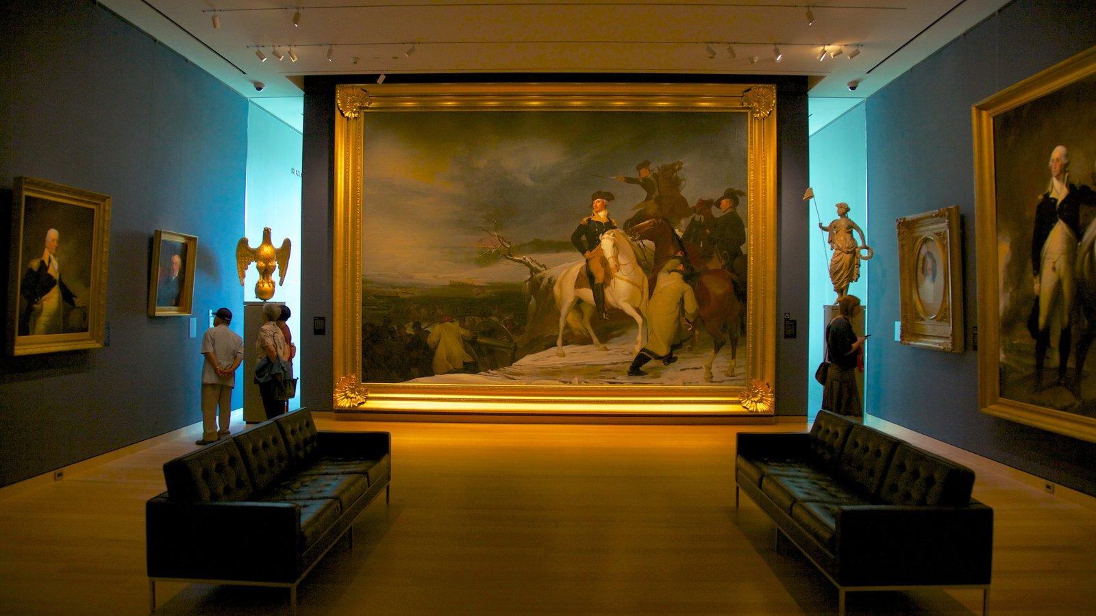 Museum of Fine Arts que inclui vistas internas assim como um pequeno grupo de pessoas