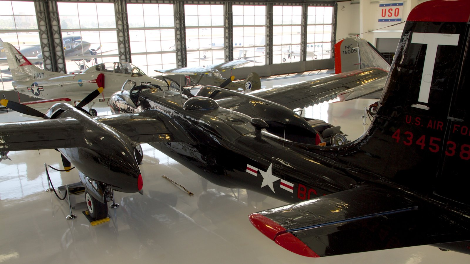 Museo del Aire Lyon mostrando aeronave y vistas interiores