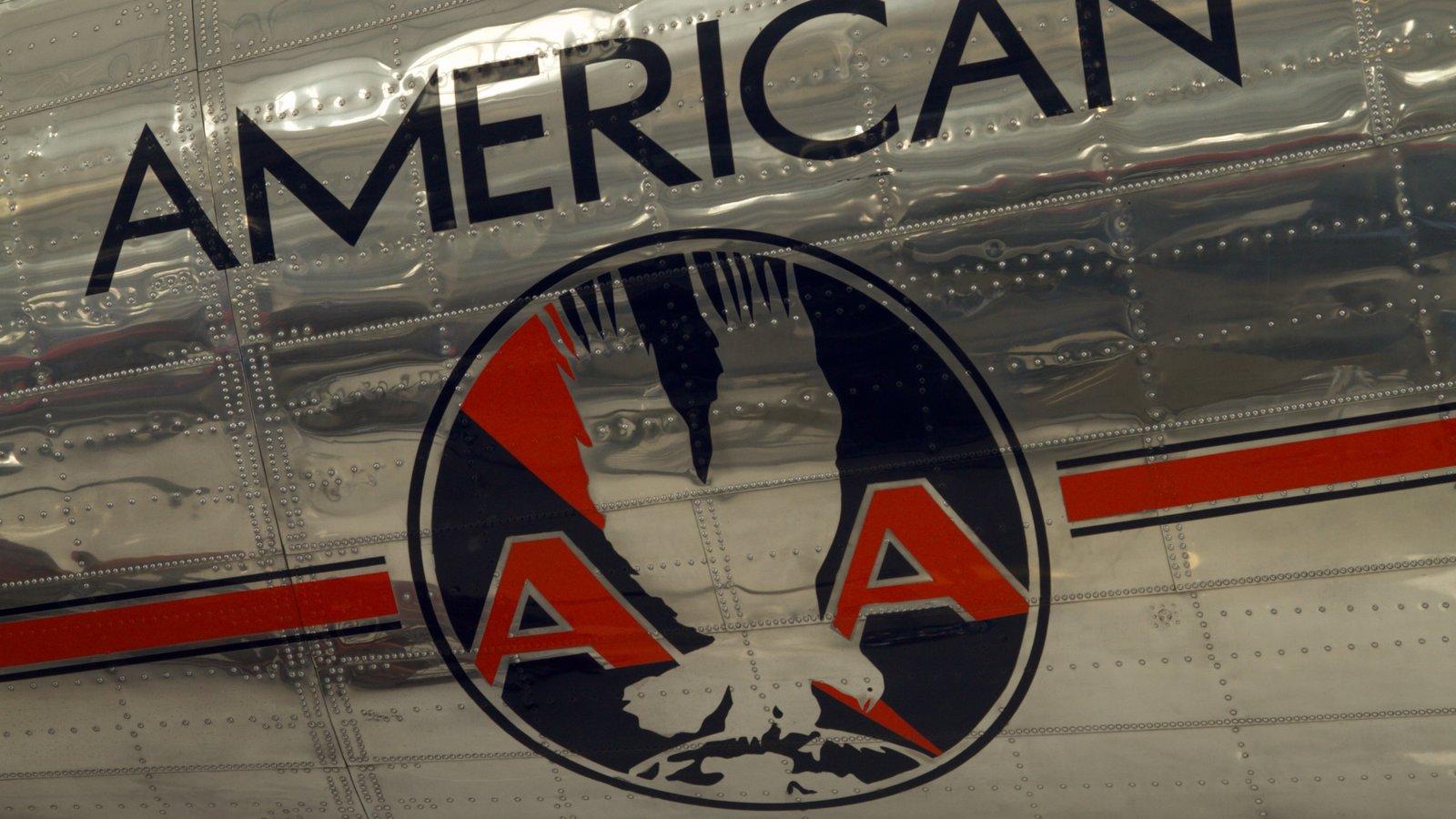 Museo del Aire Lyon ofreciendo aeronave y señalización