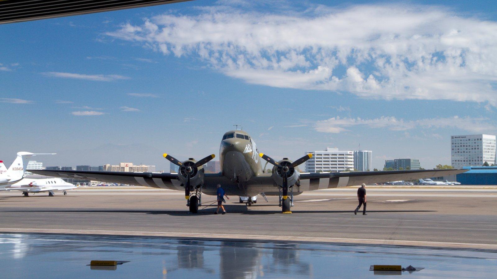 Lyon Air Museum mostrando um aeroporto e aeronave