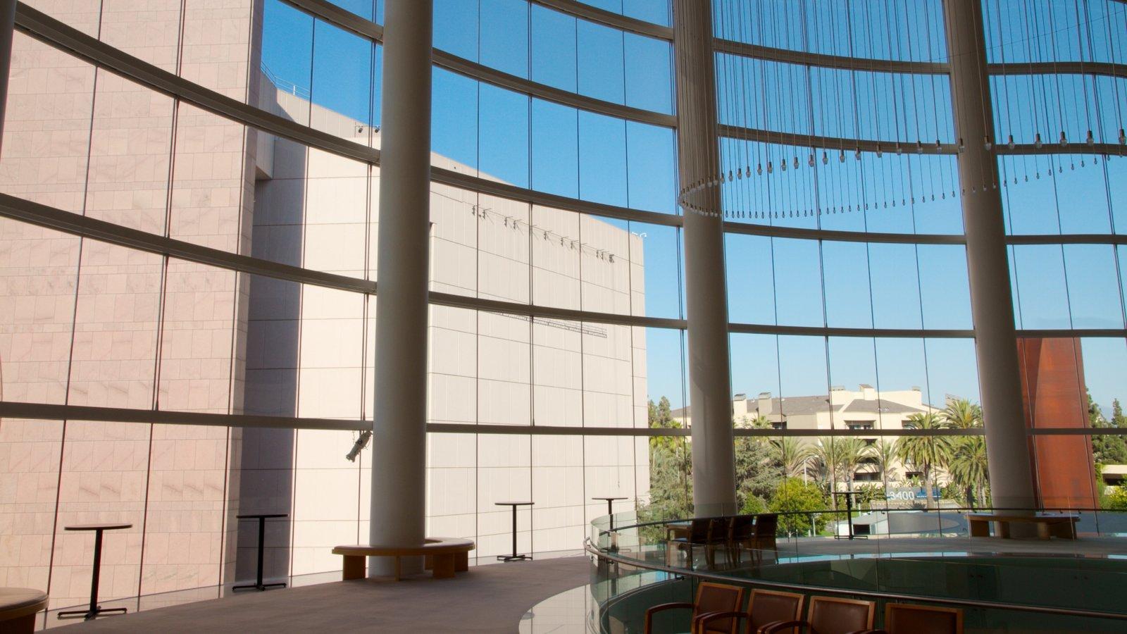 Segerstrom Center for the Arts ofreciendo vistas interiores y arquitectura moderna