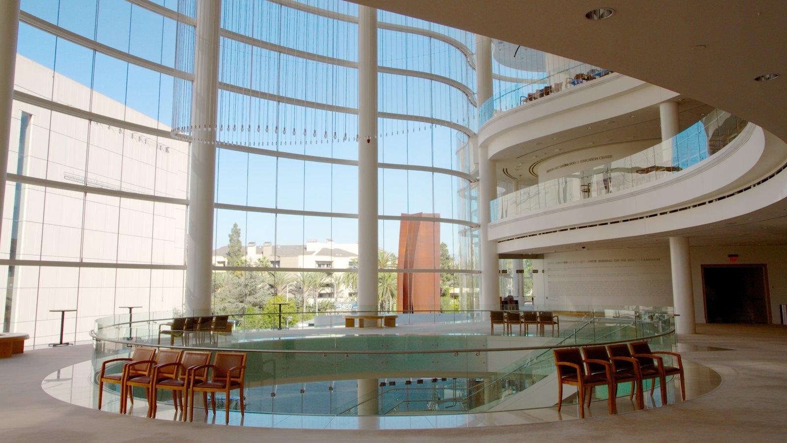 Segerstrom Center for the Arts que incluye vistas interiores y arte