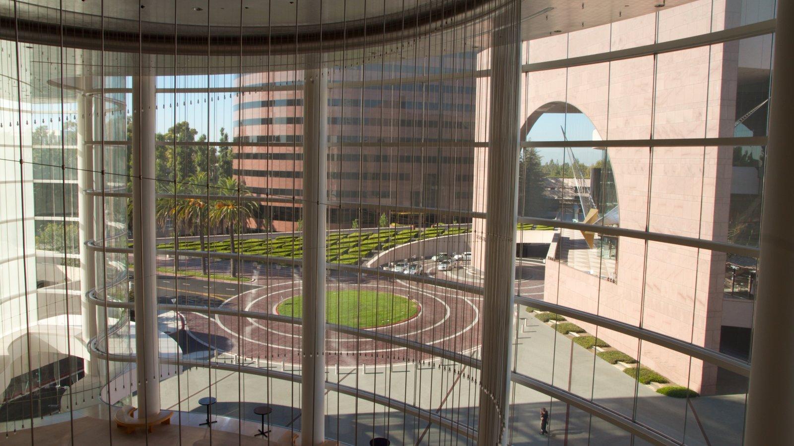 Segerstrom Center for the Arts mostrando vistas interiores, arquitectura moderna y una ciudad