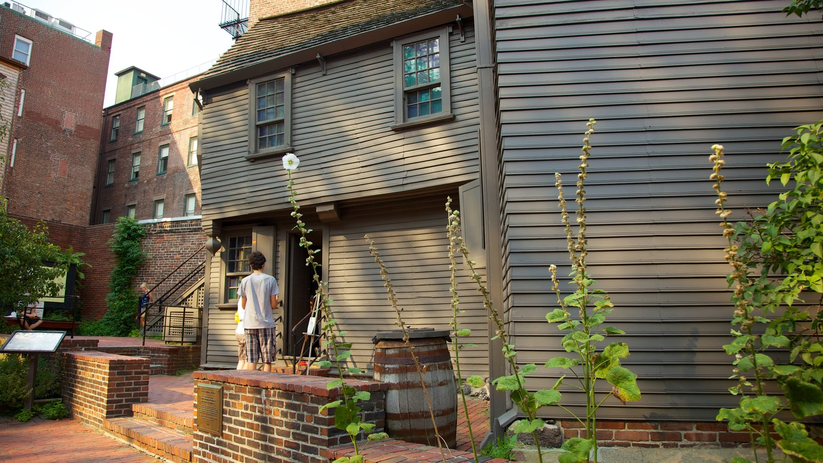 Paul Revere House featuring heritage architecture and a house as well as an individual male