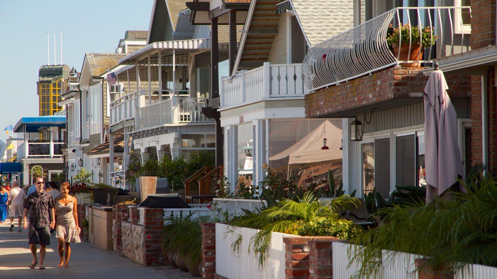 Orange County que inclui uma cidade pequena ou vila, uma casa e cenas de rua