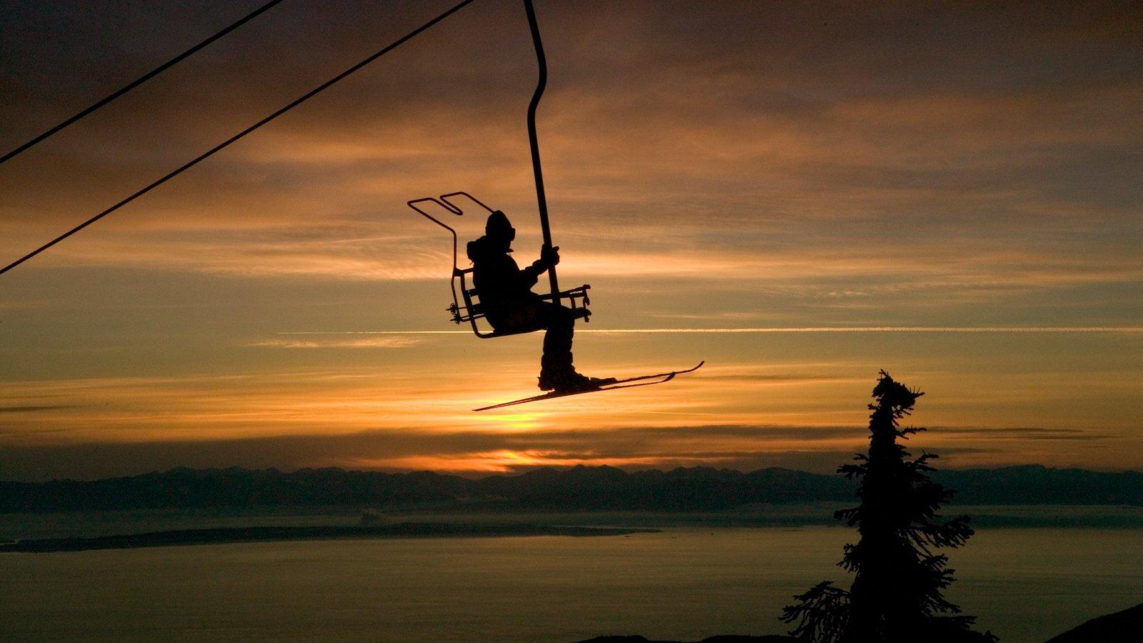 Cypress Mountain ofreciendo una puesta de sol, una góndola y esquiar en la nieve