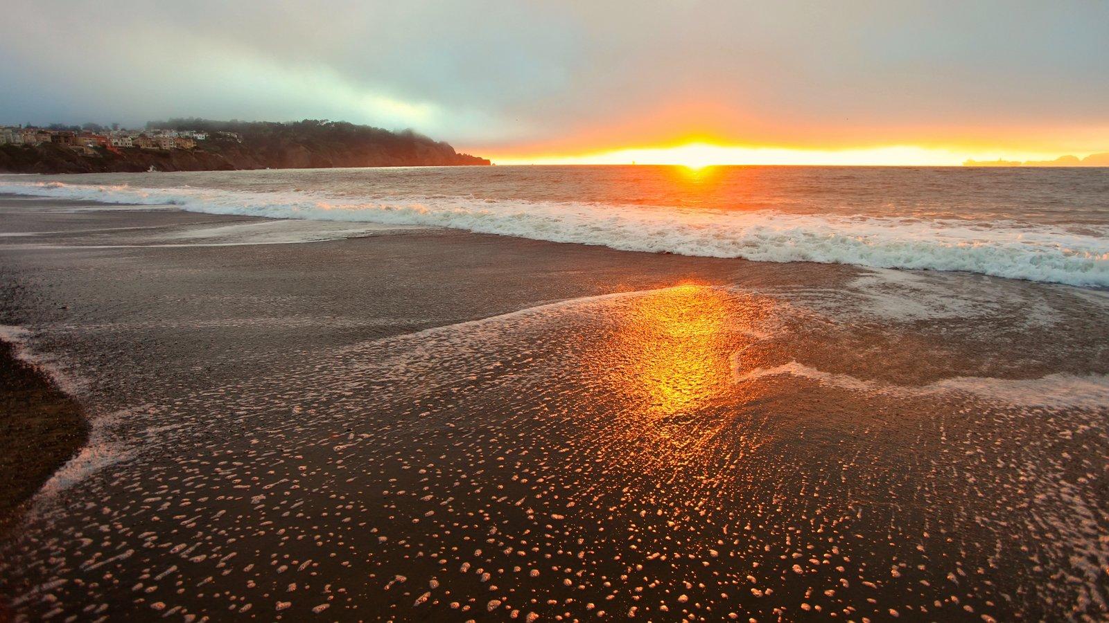 Presídio de São Francisco mostrando um pôr do sol, uma praia de areia e paisagem