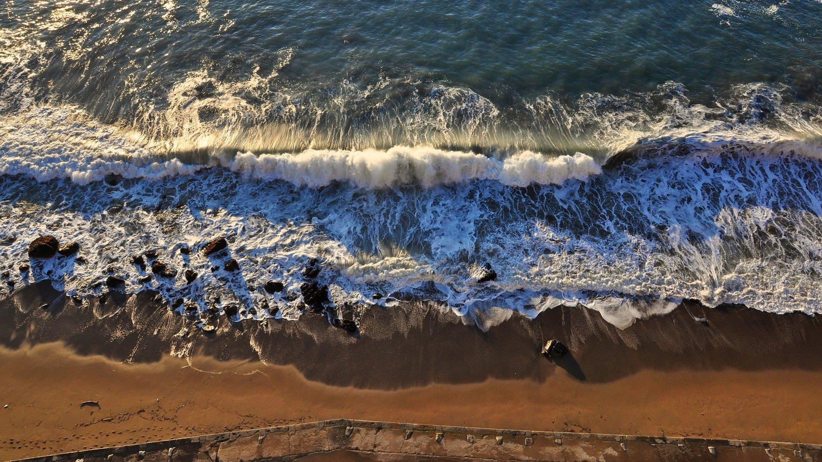 Golden Gate Bridge caracterizando ondas e uma praia