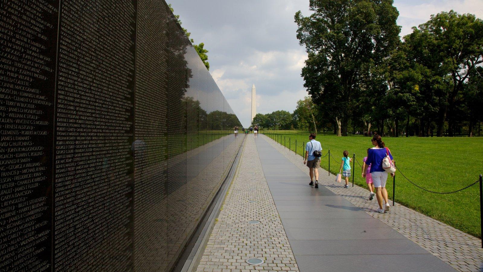 Vietnam Veterans Memorial que inclui um memorial, paisagem e um parque