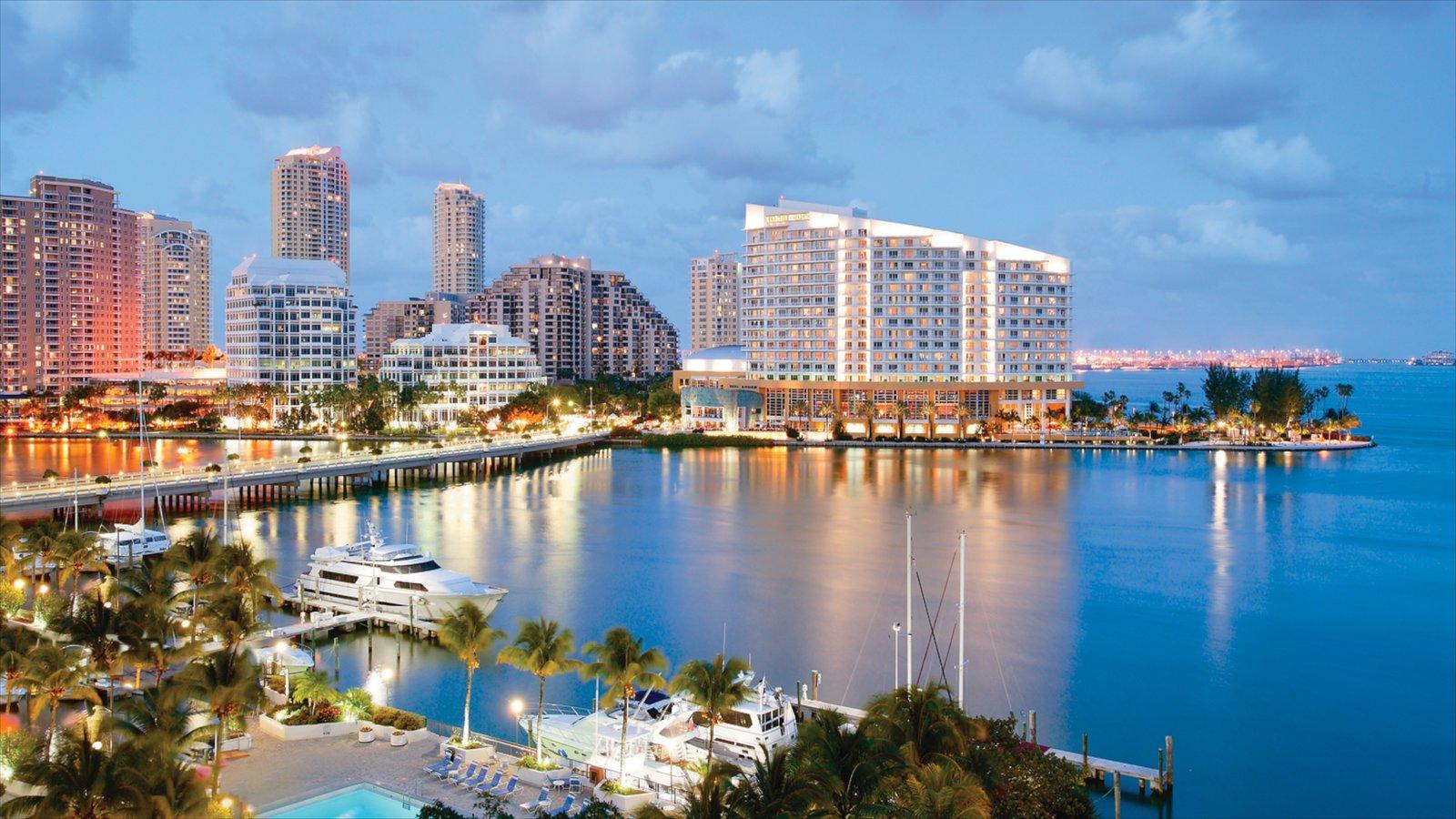 Miami que incluye una ciudad, un rascacielos y vistas generales de la costa