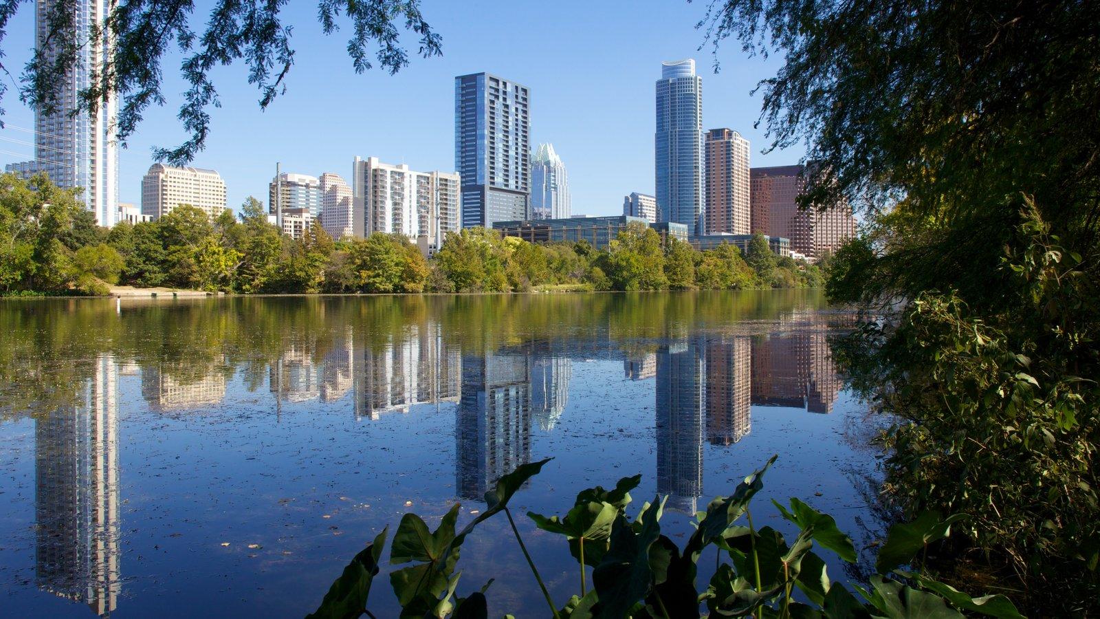 Lago Lady Bird ofreciendo un rascacielos, un lago o abrevadero y vistas de paisajes