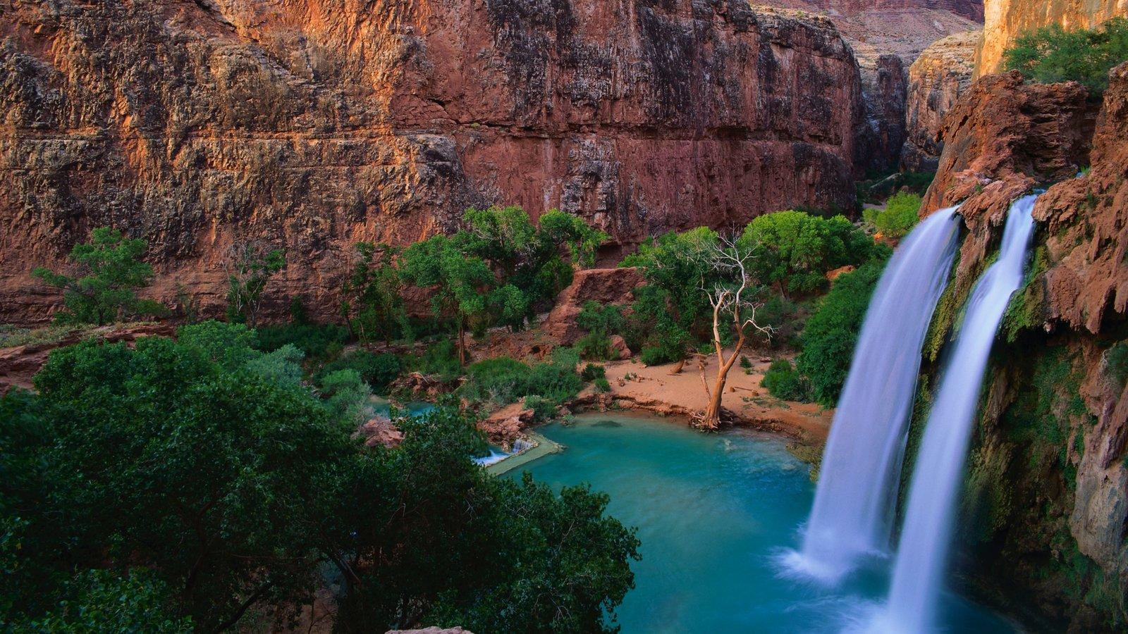 Phoenix mostrando um desfiladeiro ou canyon, uma cascata e paisagem