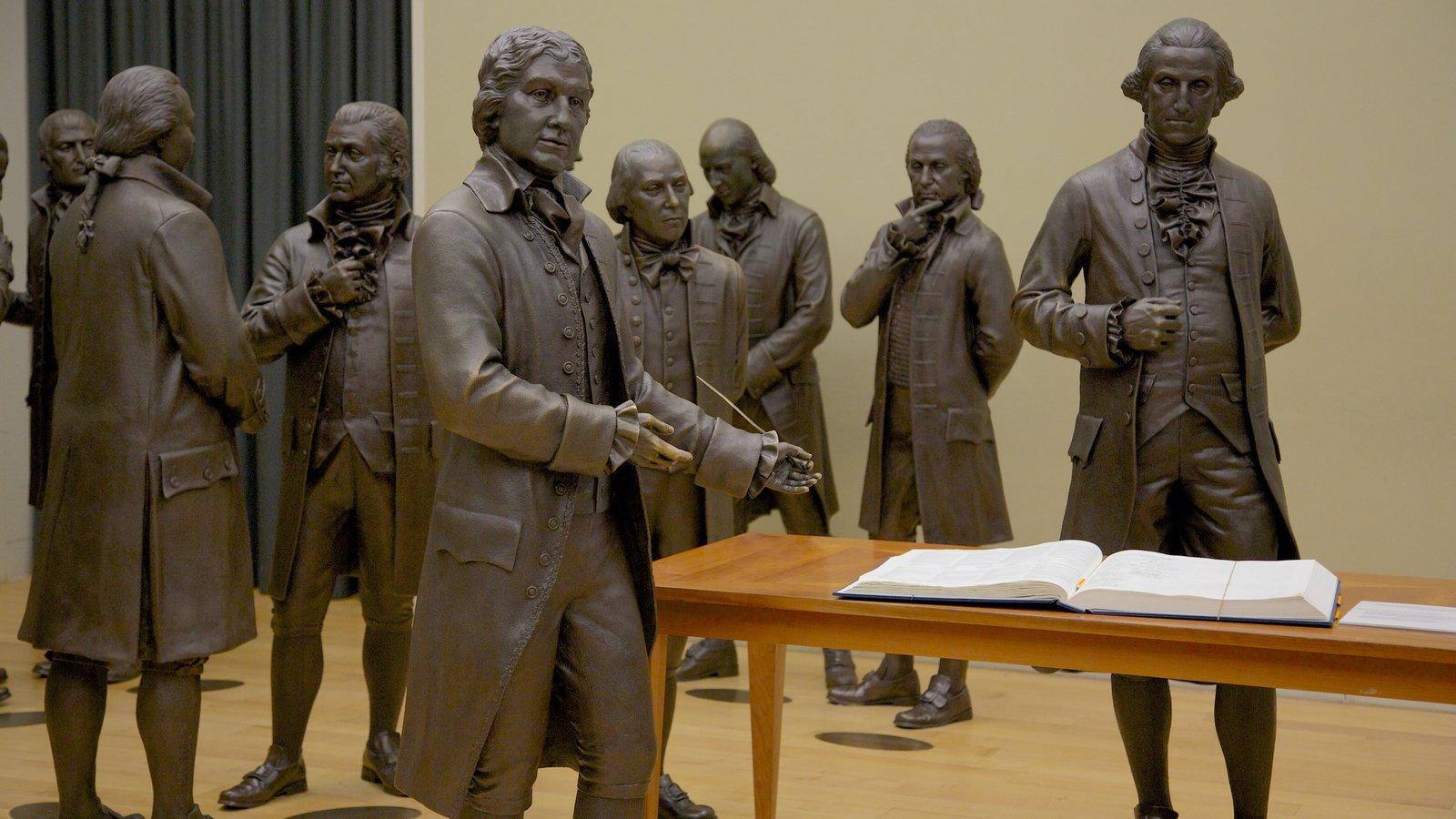 Filadelfia que incluye una estatua o escultura y vistas interiores
