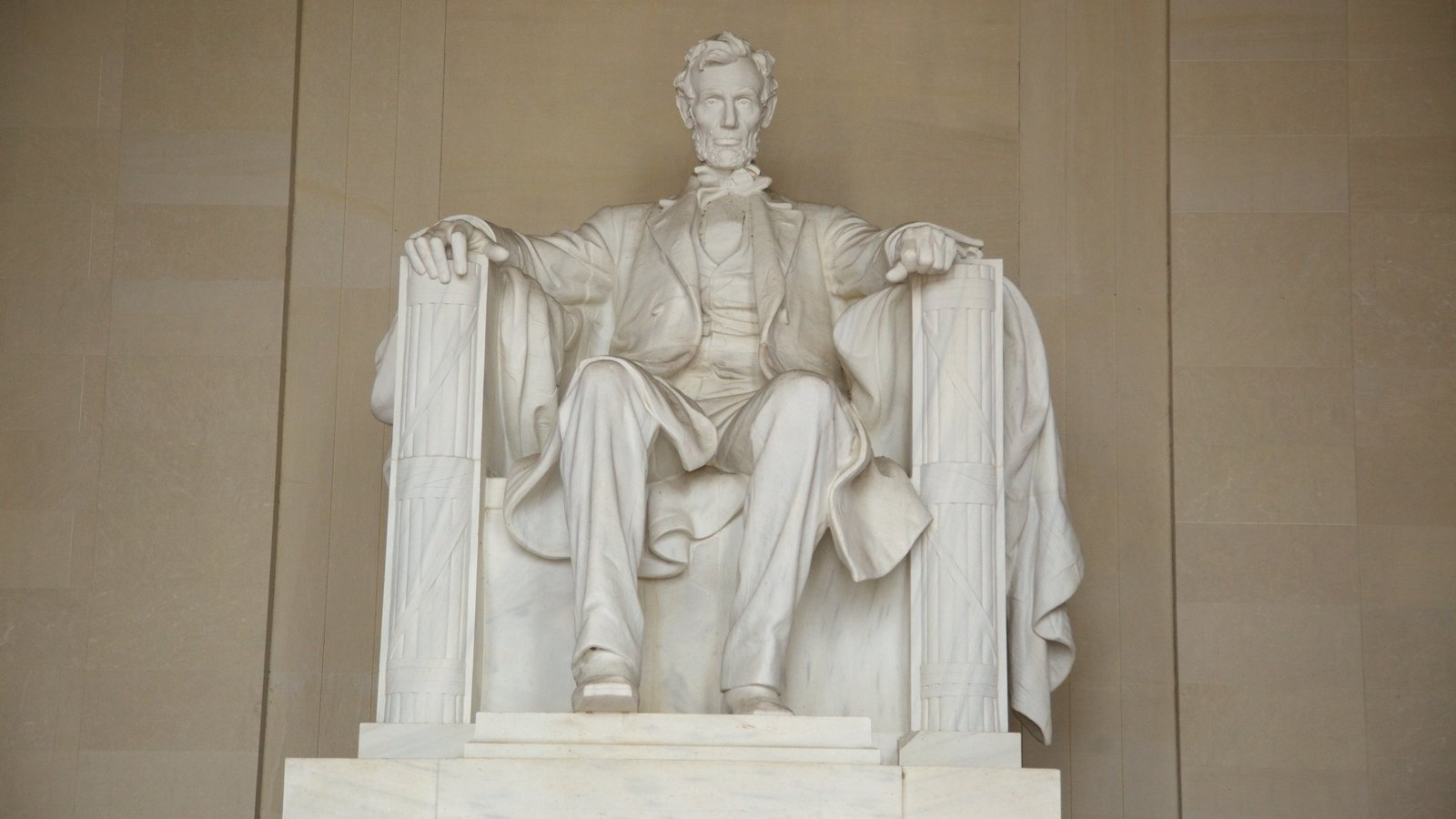 Lincoln Memorial showing a memorial, interior views and a statue or sculpture