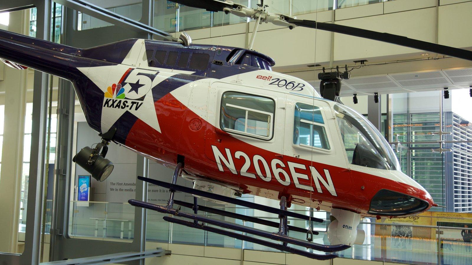Newseum que inclui vistas internas e aeronave