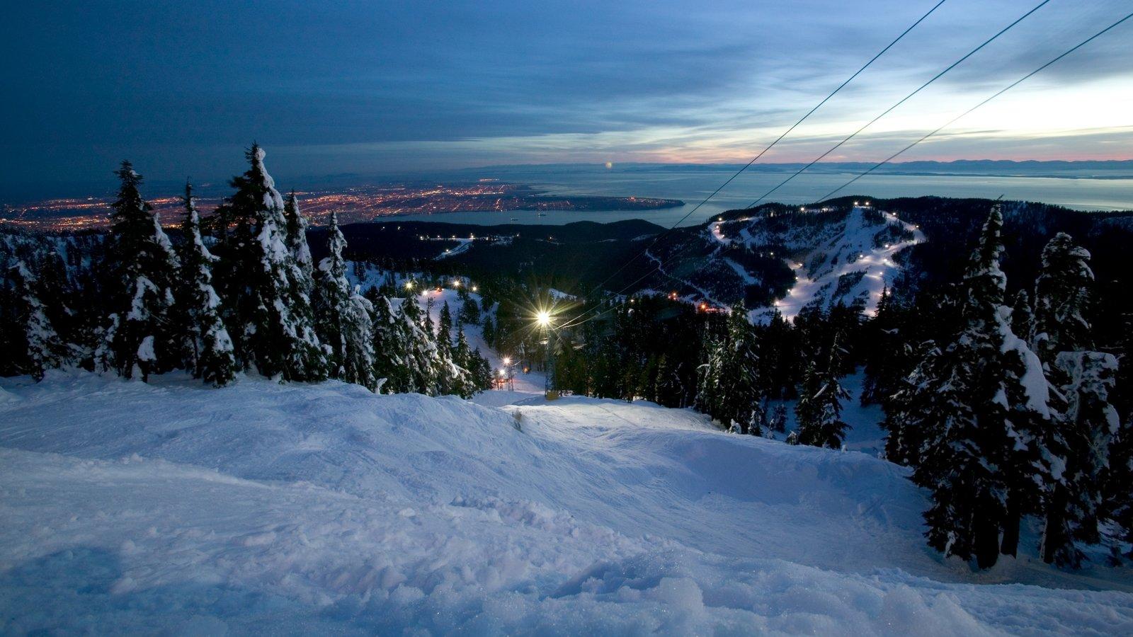 Cypress Mountain ofreciendo montañas, una góndola y una puesta de sol