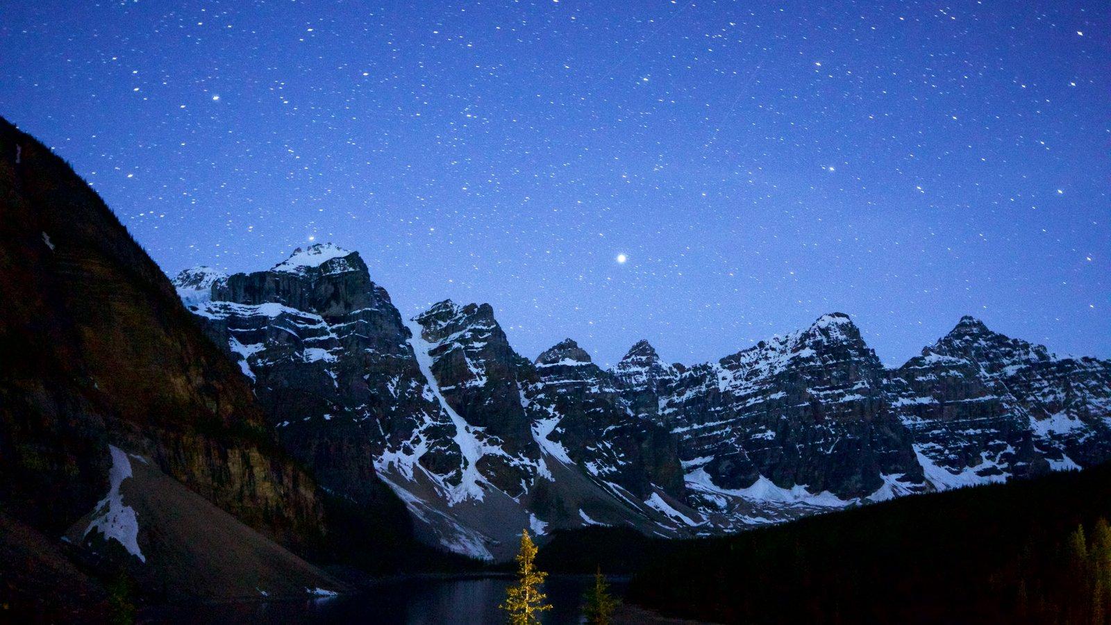 Lago Moraine que incluye escenas nocturnas, montañas y nieve