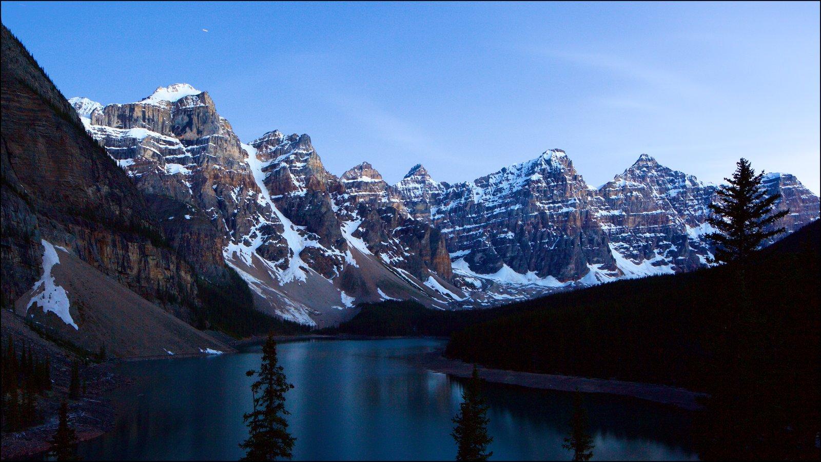 Lago Moraine mostrando cenas tranquilas, um lago ou charco e cenas noturnas