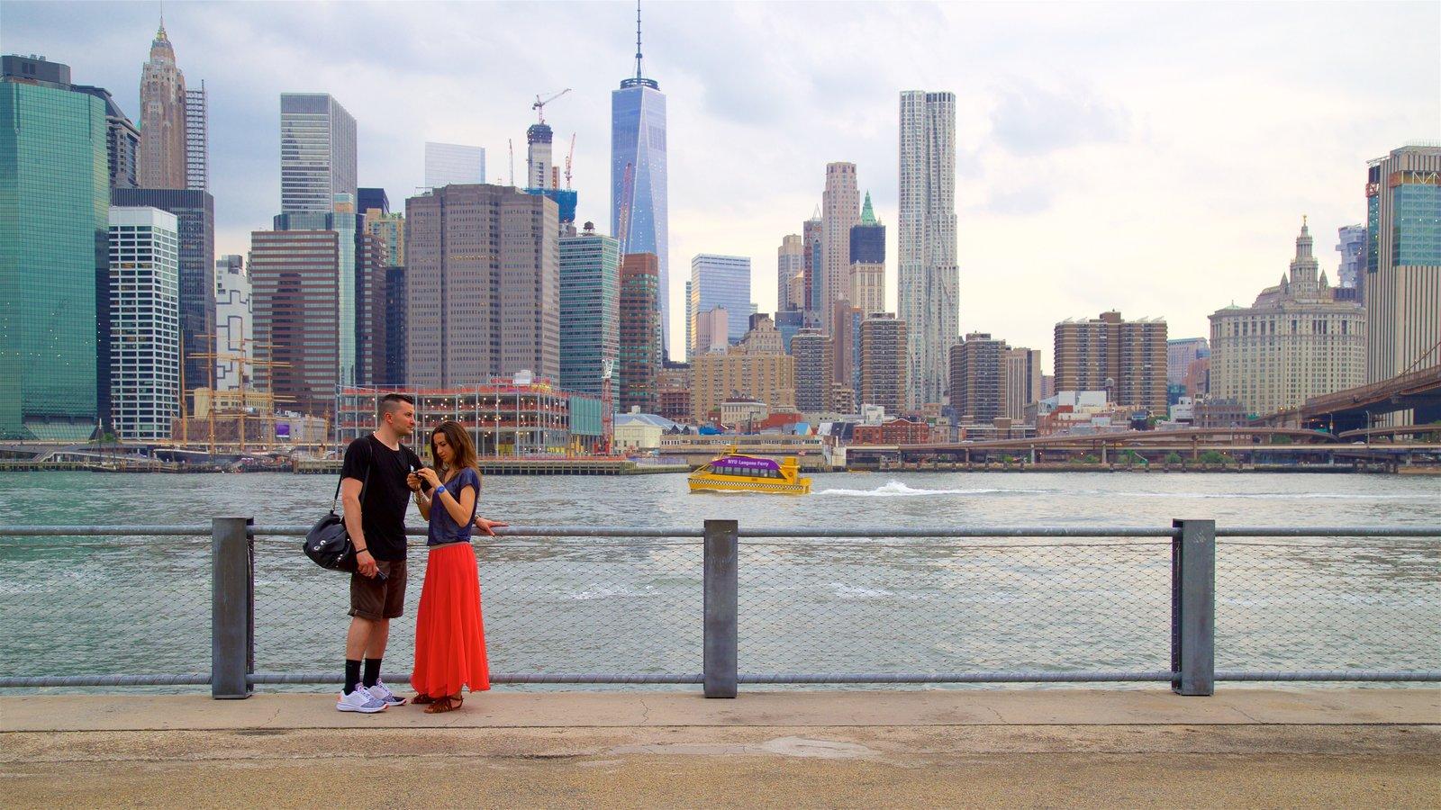 Brooklyn Heights Promenade que inclui um edifício, um rio ou córrego e uma cidade