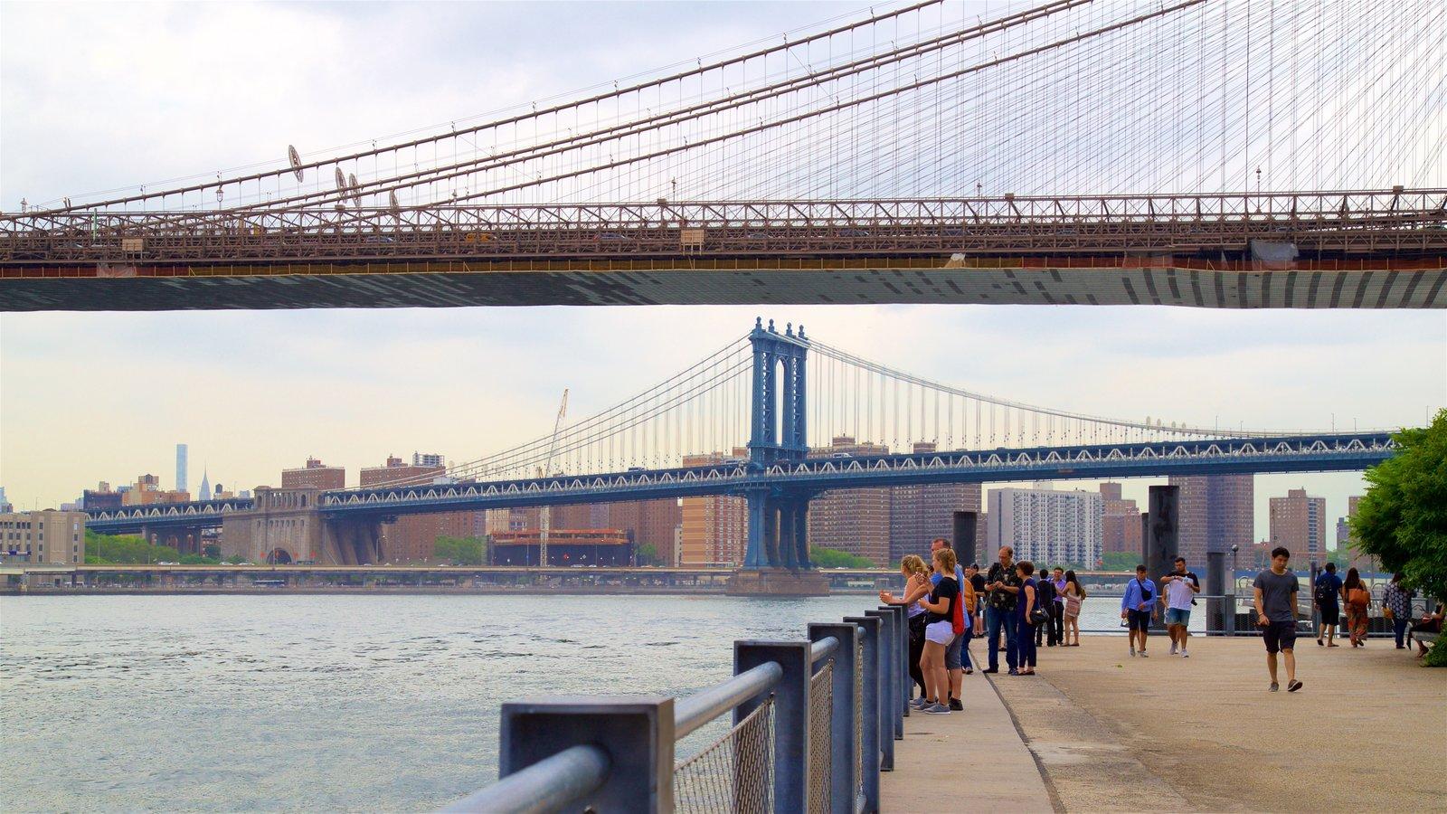 Brooklyn Heights Promenade mostrando um rio ou córrego, uma cidade e uma ponte