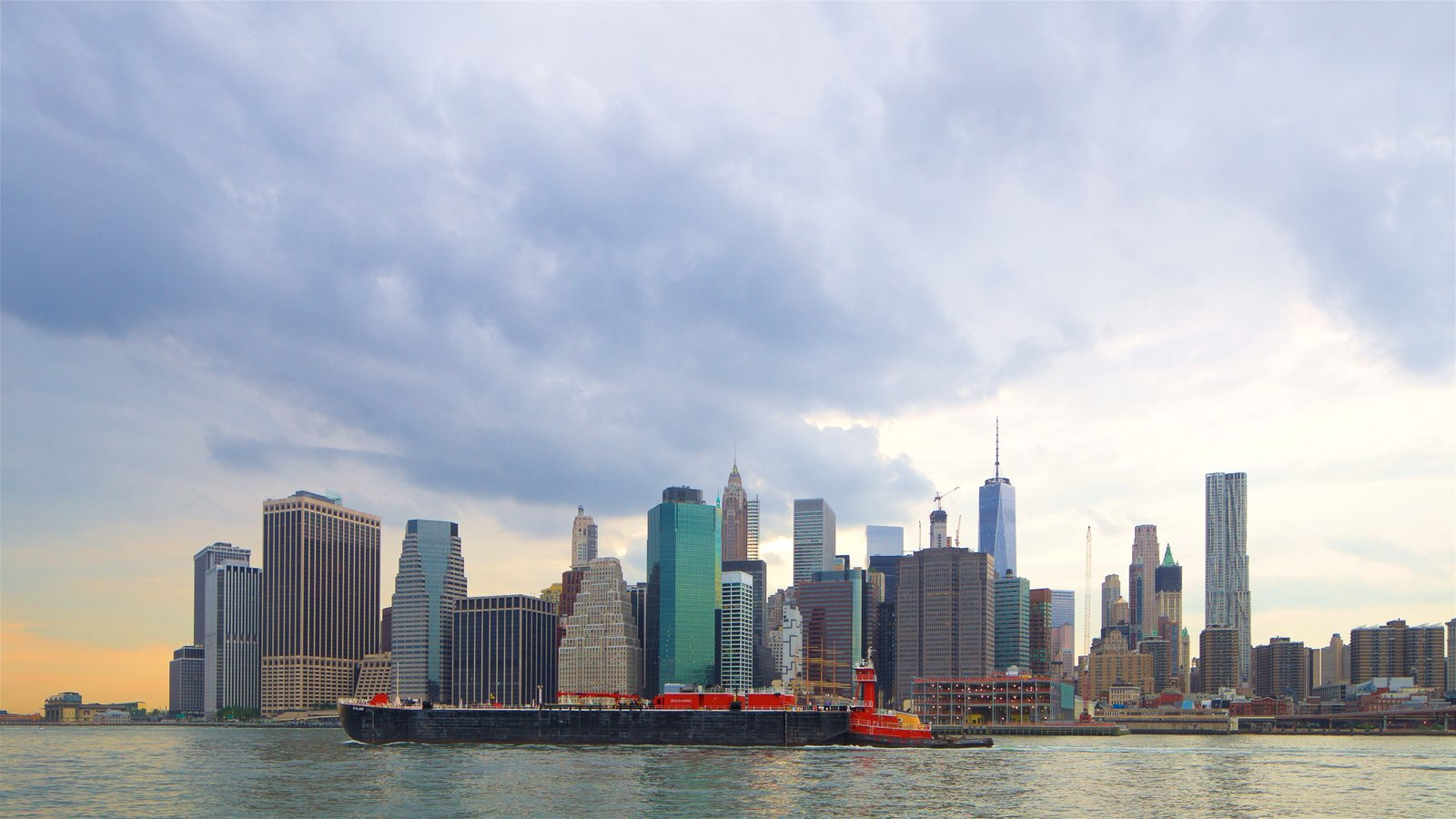 Brooklyn Heights Promenade que inclui um rio ou córrego e uma cidade