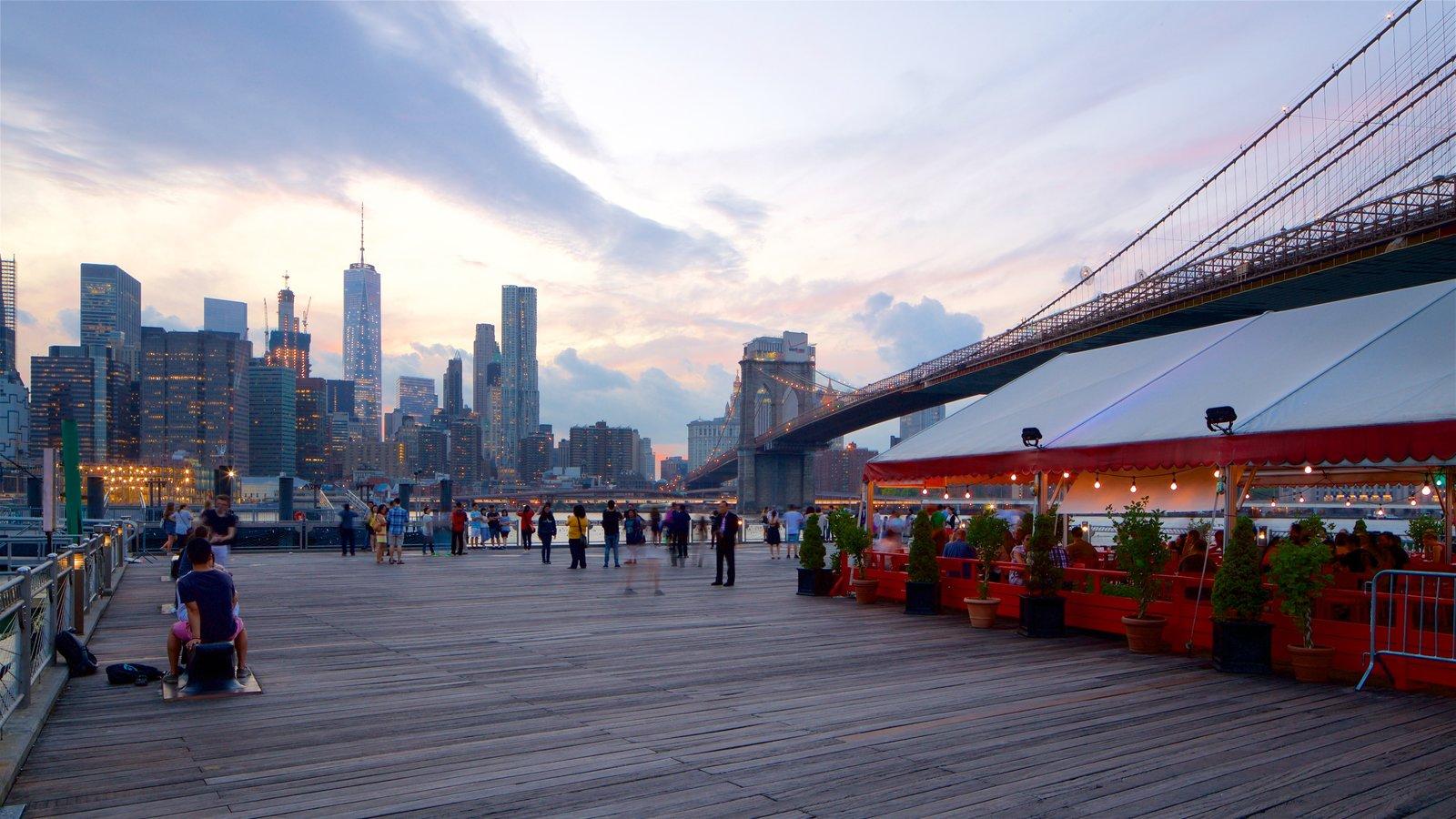 Brooklyn Heights Promenade mostrando um pôr do sol, uma cidade e uma ponte
