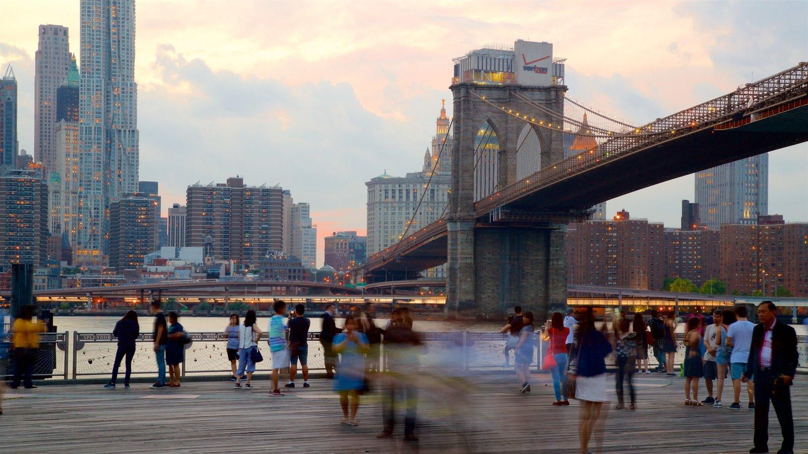 Brooklyn Heights Promenade que inclui um pôr do sol, um rio ou córrego e uma cidade