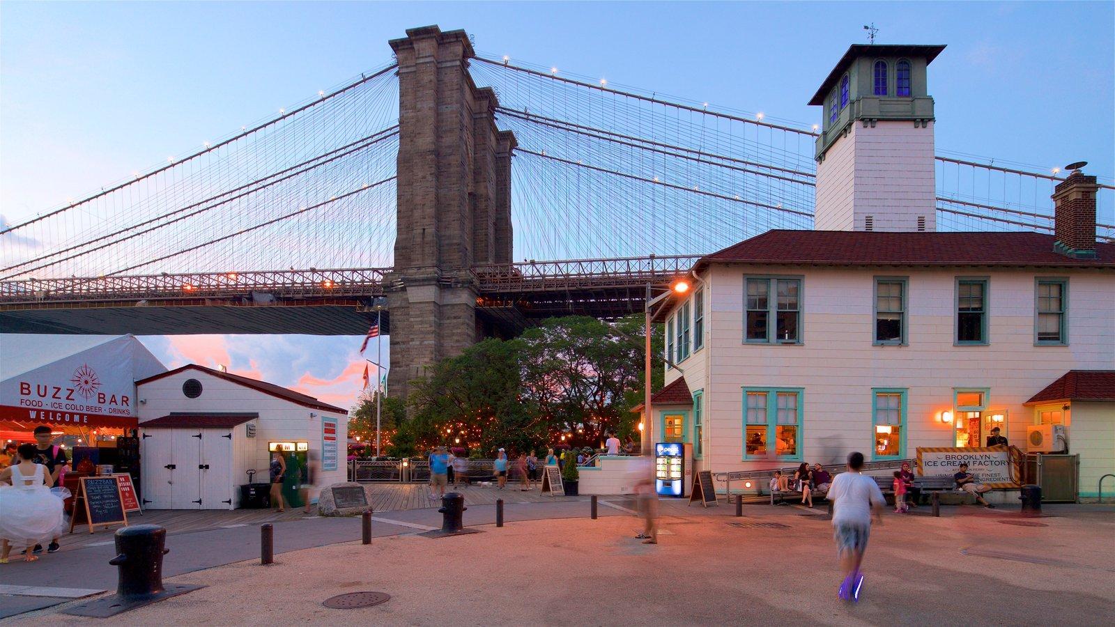 Brooklyn Heights Promenade caracterizando uma ponte, um pôr do sol e elementos de patrimônio