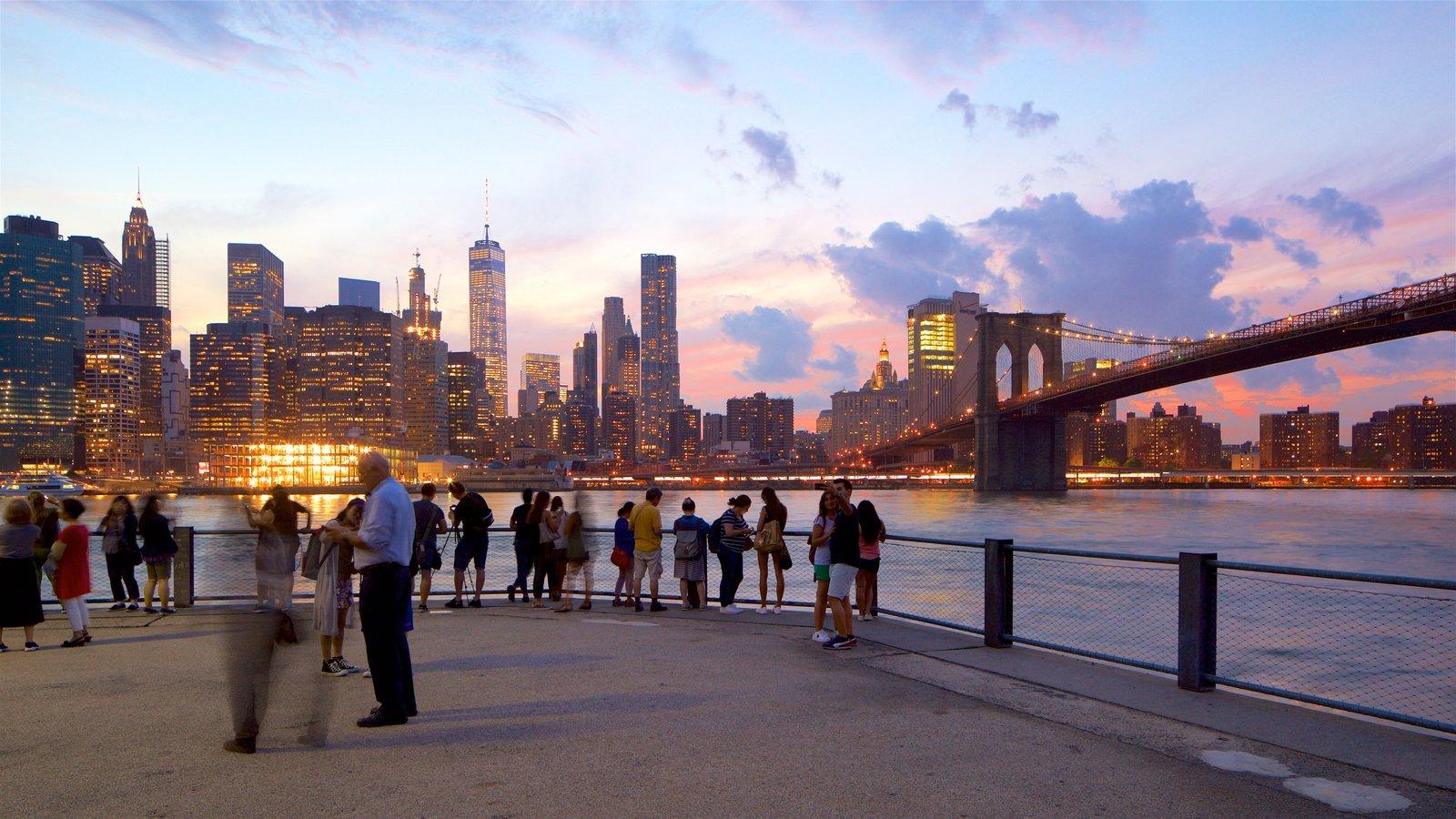 Brooklyn Heights Promenade caracterizando um pôr do sol, uma ponte e um rio ou córrego
