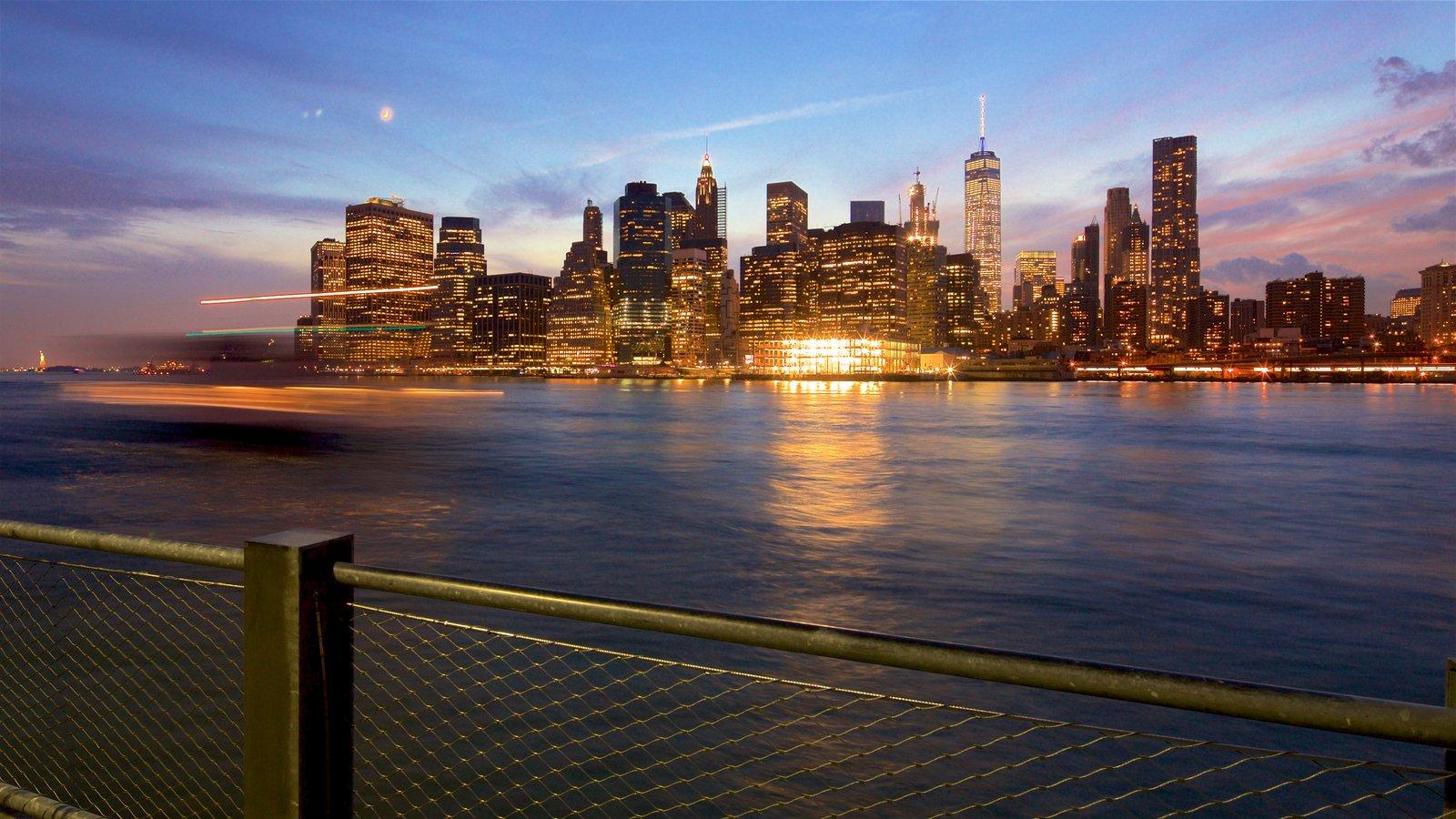 Brooklyn Heights Promenade caracterizando um pôr do sol, uma cidade e um rio ou córrego