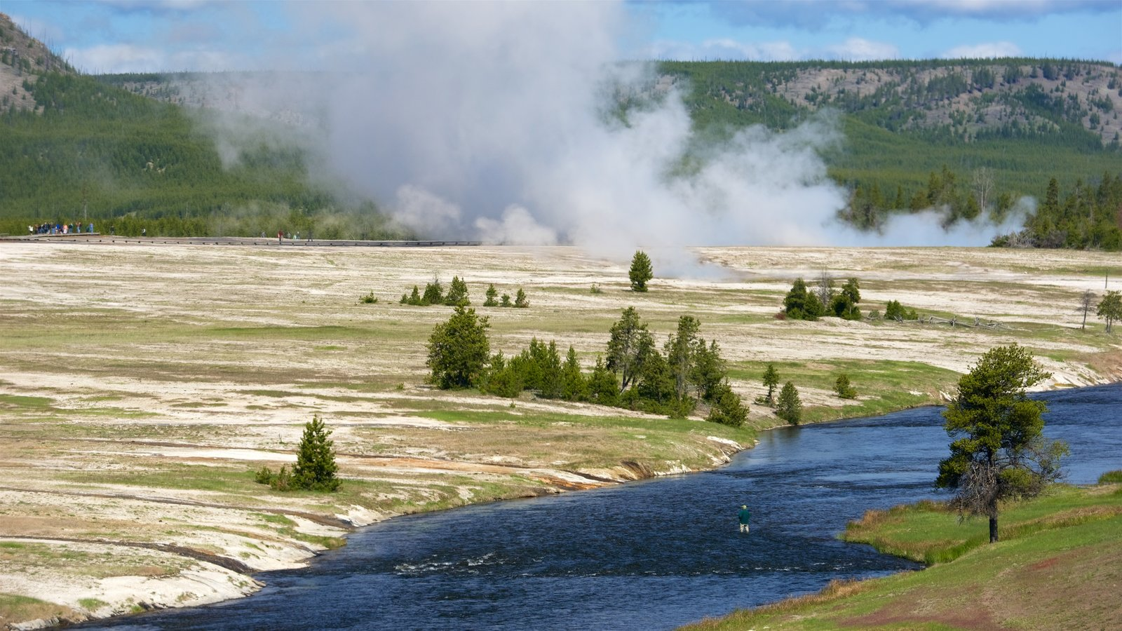 Yellowstone National Park caracterizando cenas tranquilas, um rio ou córrego e uma fonte termal