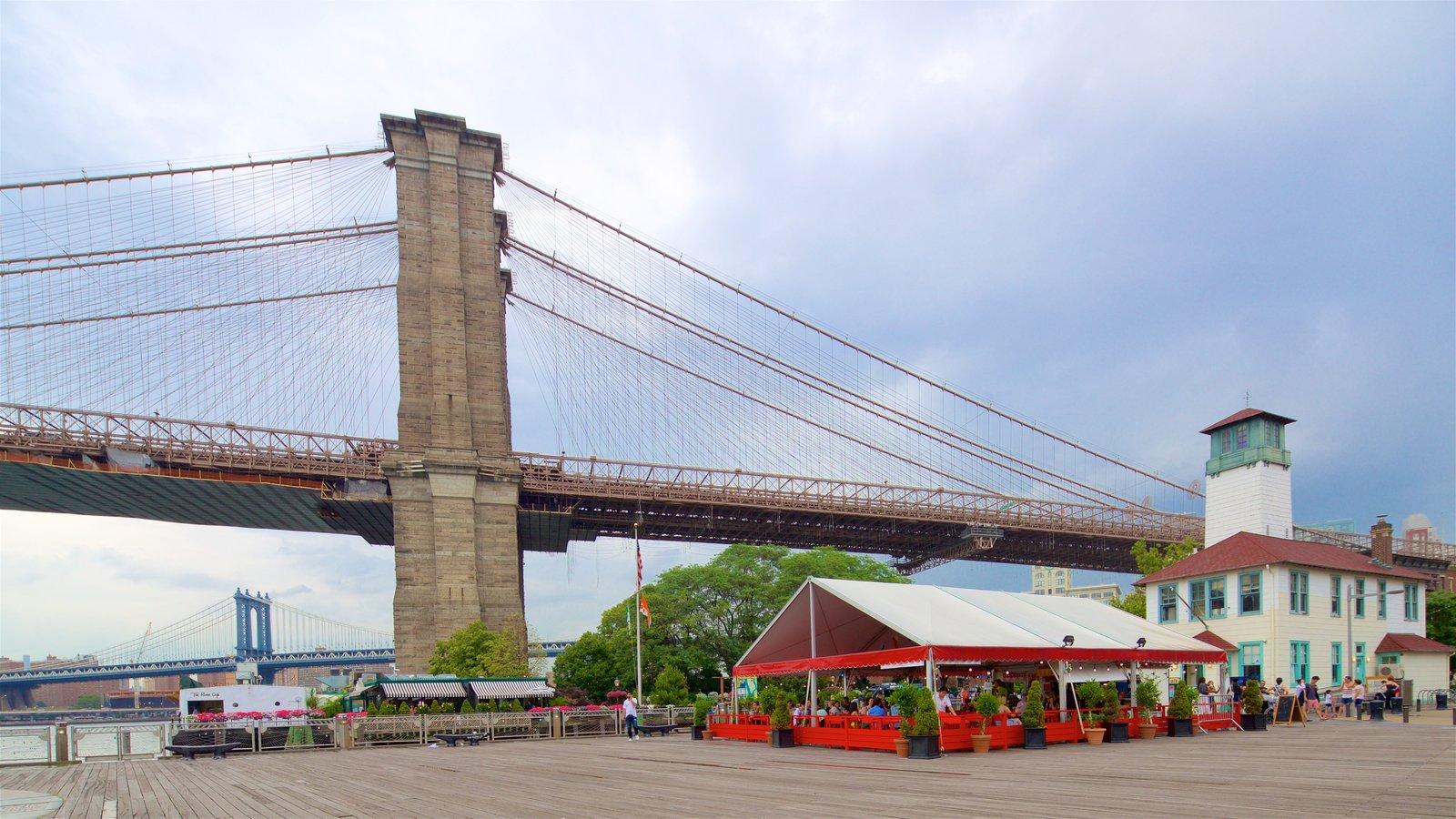 Brooklyn Heights Promenade mostrando um rio ou córrego, uma ponte e elementos de patrimônio