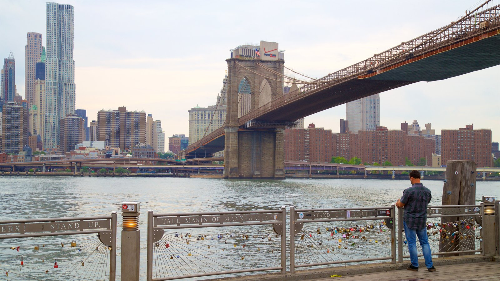 Brooklyn Heights Promenade caracterizando uma cidade, uma ponte e um rio ou córrego