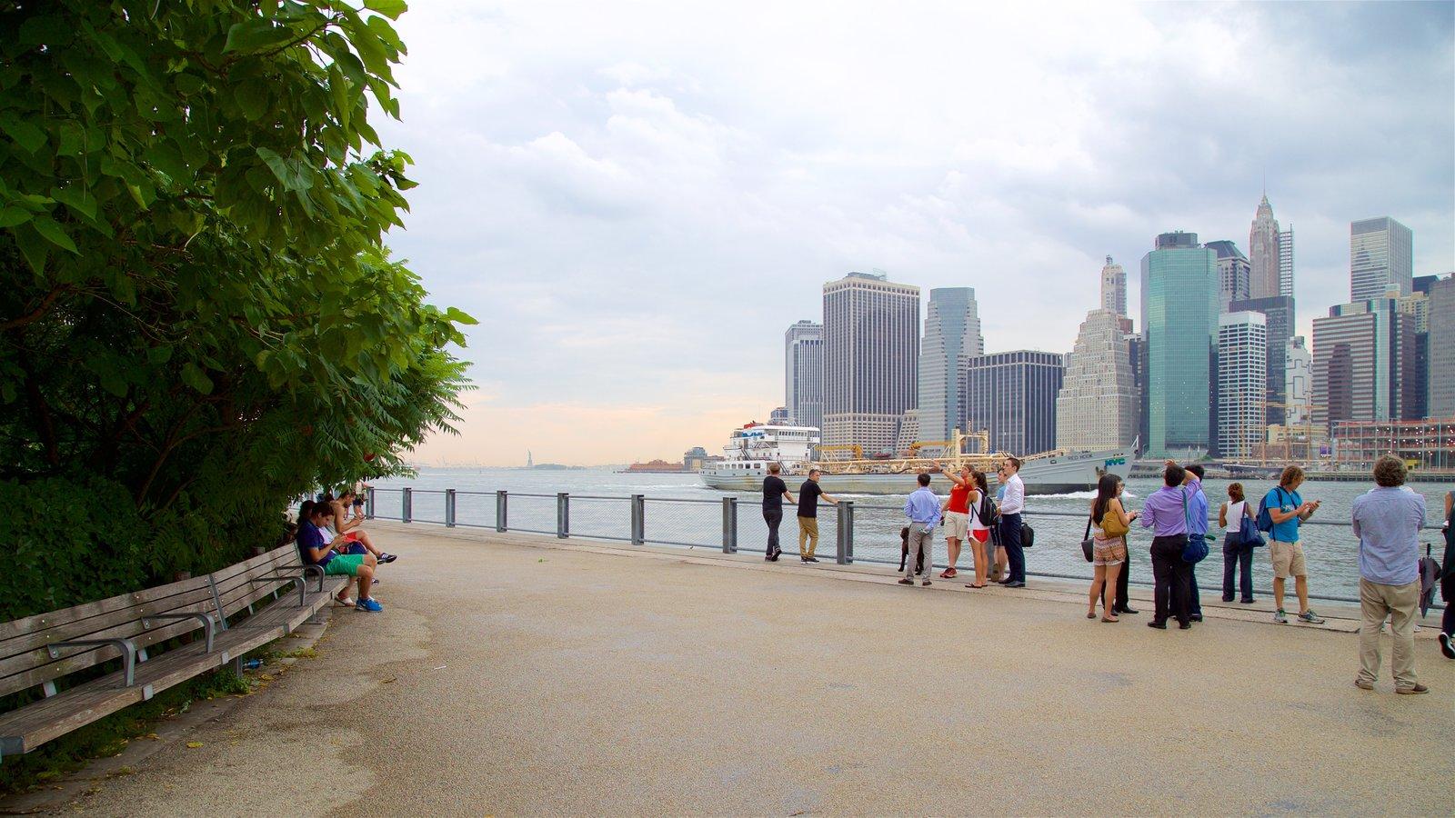 Brooklyn Heights Promenade mostrando uma cidade e um rio ou córrego assim como um pequeno grupo de pessoas