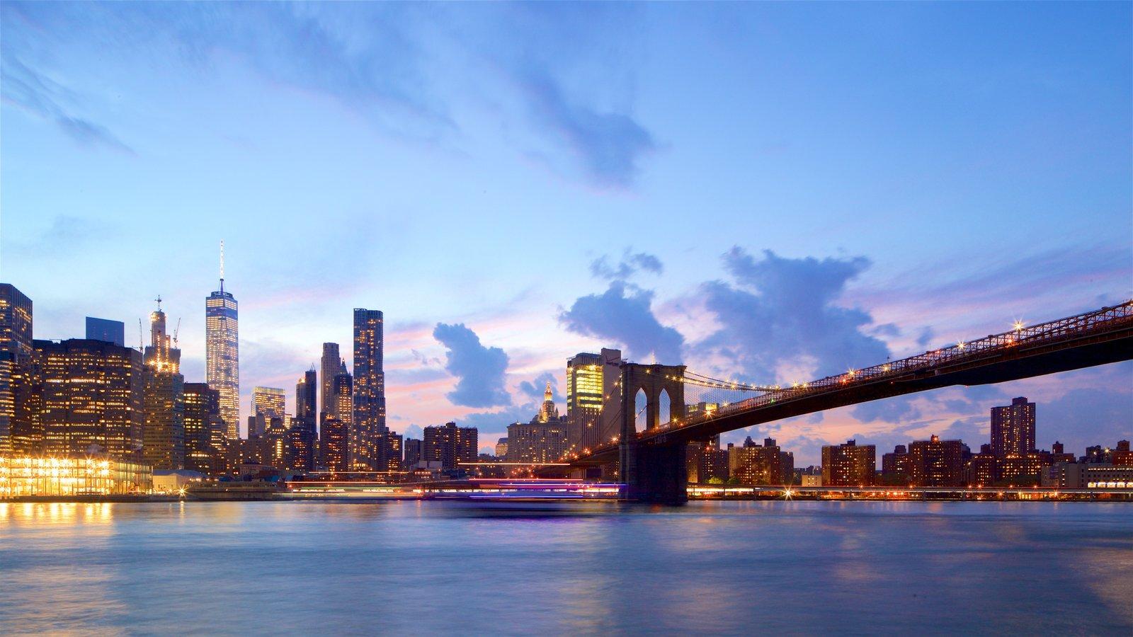 Brooklyn Heights Promenade que inclui um edifício, uma cidade e um rio ou córrego