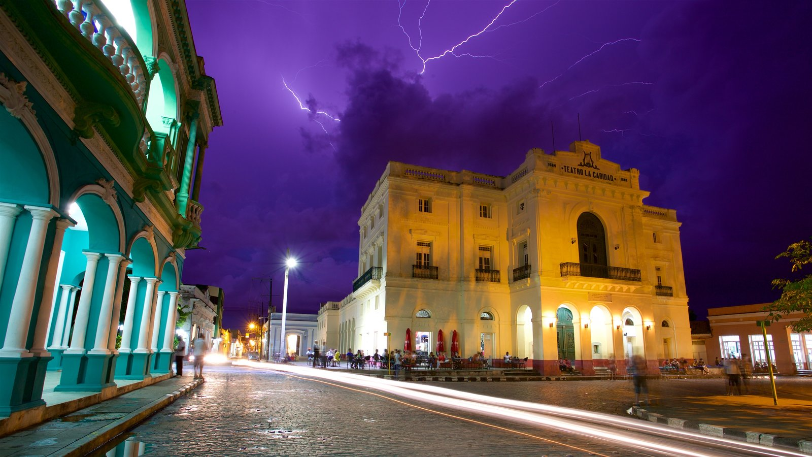 La Caridad Theatre mostrando cenas noturnas e arquitetura de patrimônio