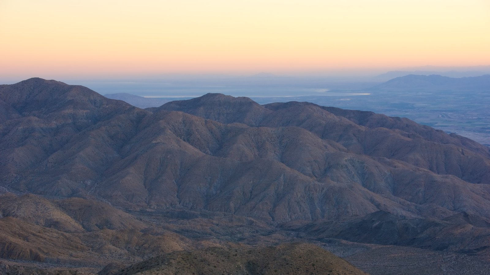 Parque Nacional de Joshua Tree que inclui paisagem, cenas tranquilas e um pôr do sol