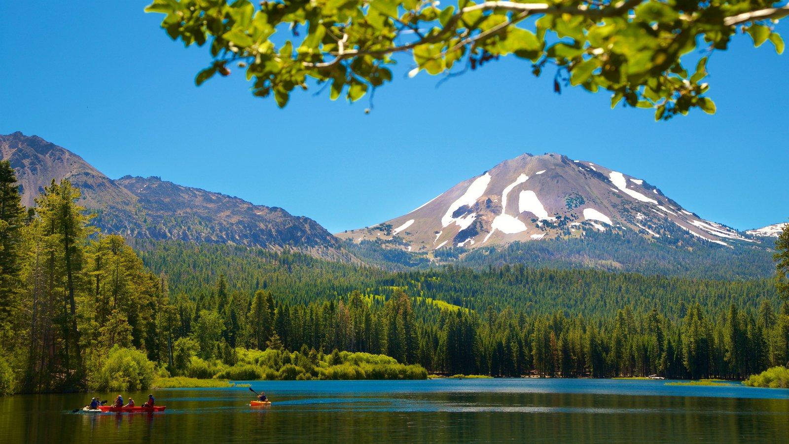 Mill Creek que incluye un lago o abrevadero, montañas y kayak o canoa