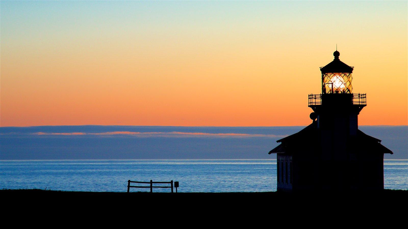 Mendocino que incluye vistas generales de la costa, una puesta de sol y un faro