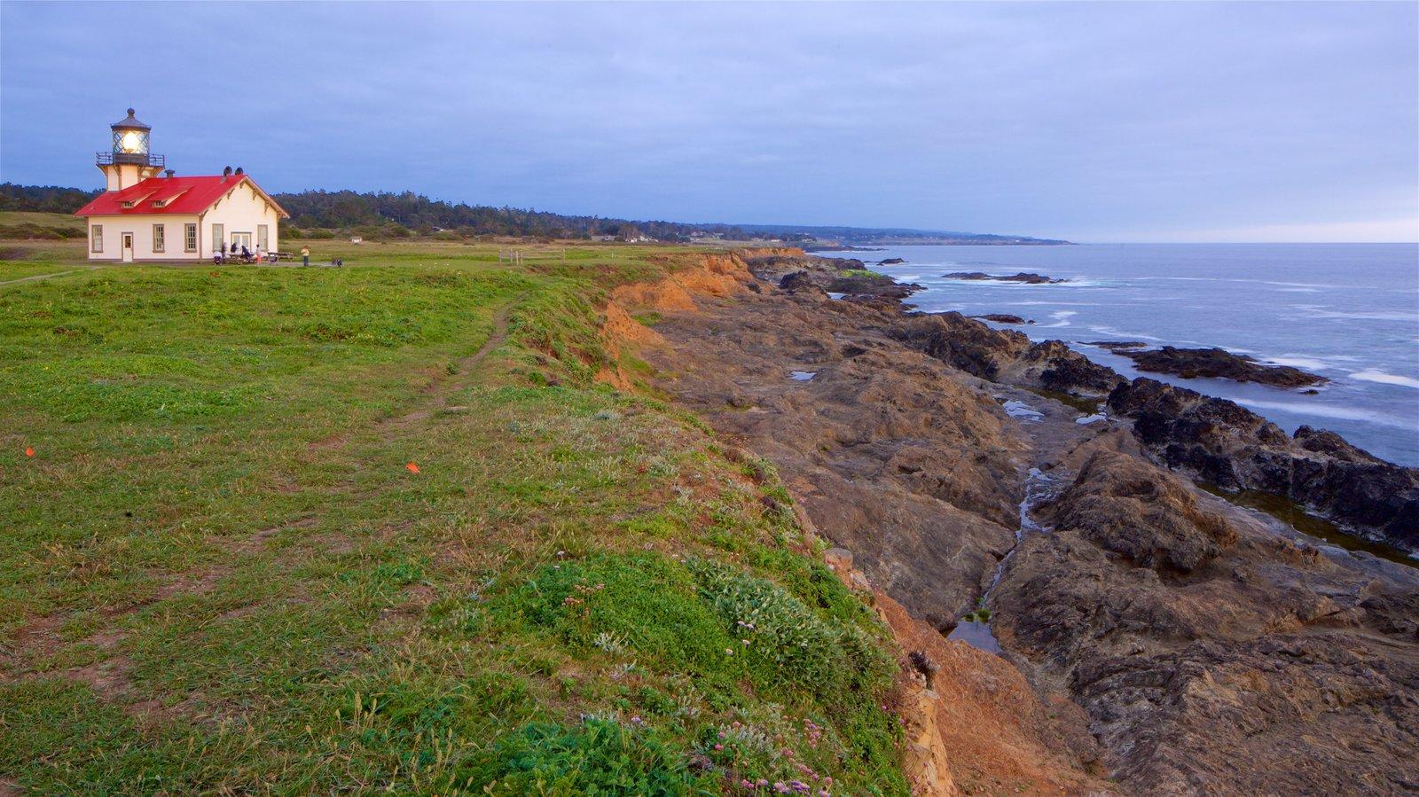 Mendocino ofreciendo costa escarpada, vistas generales de la costa y un faro