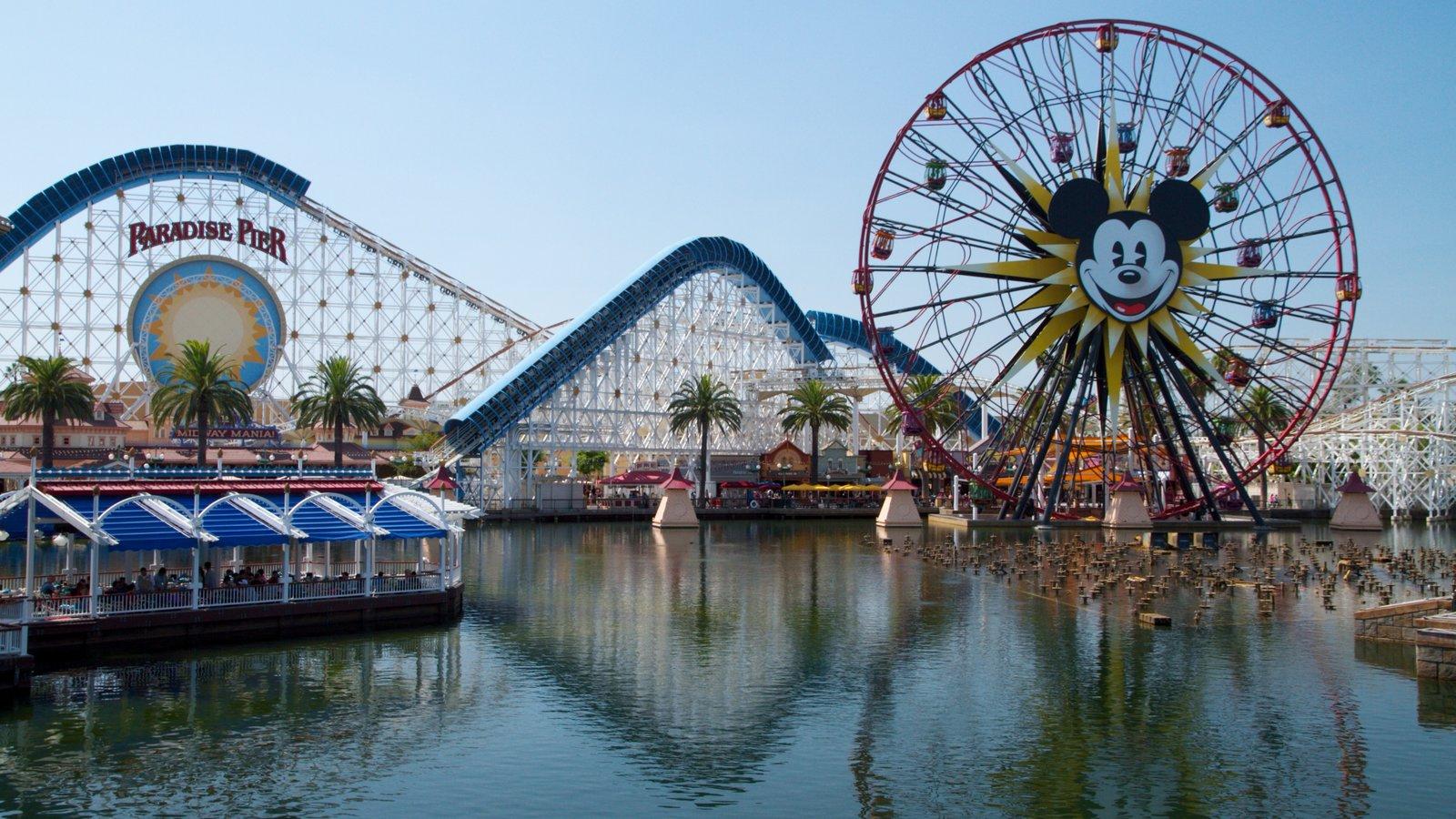 Parque Disney California Adventure® que inclui sinalização e passeios